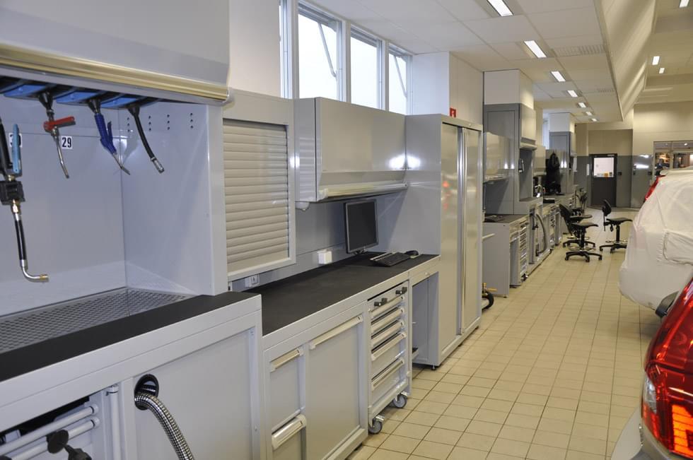 Nuovi arredi e spazi rinnovati per officina meccanica for Arredamento per officina