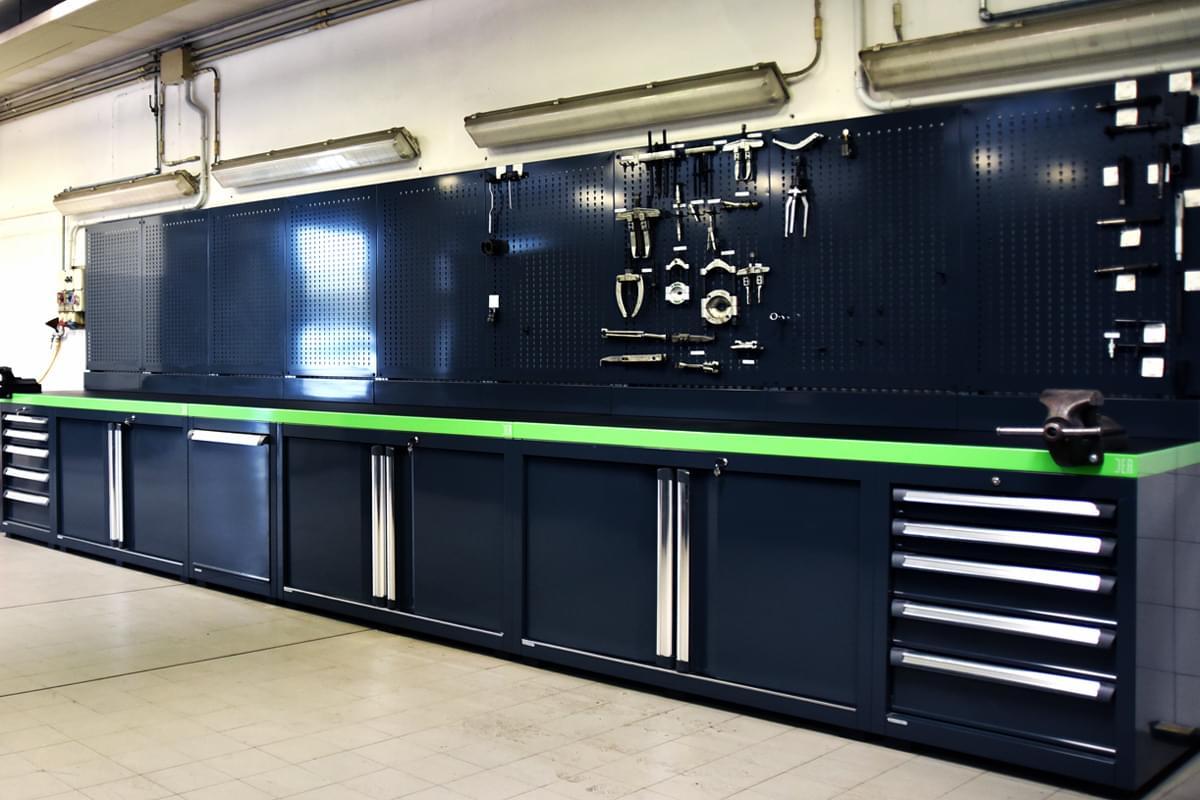 Arredamento per concessionaria ecco il progetto di dea per for Arredamento officina meccanica